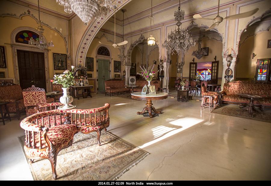 宫殿大厅还保留着以前的装潢,非常的古典,昨天还在餐馆印度土豪家图片